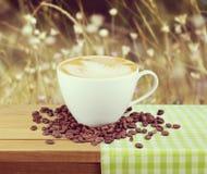 white för bana för kopp för bakgrundscappuccinokaffe isolerad Royaltyfri Bild