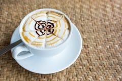 white för bana för kopp för bakgrundscappuccinokaffe isolerad Royaltyfri Fotografi