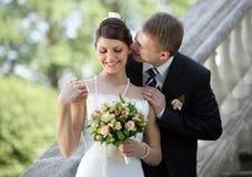 white för brudbrudgumbröllop Royaltyfri Bild
