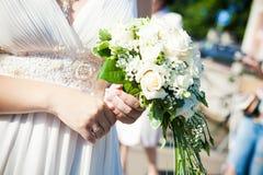 white för bukettbrudholding Royaltyfria Bilder
