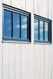 white för facadereflexionssky Arkivbild