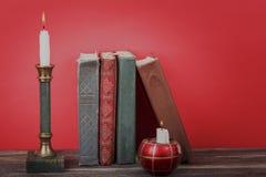 white för fläck för målarfärg för maskering för begrepp för konstbakgrundsblack röd Tappning bokar och att bränna stearinljus i l Arkivbild