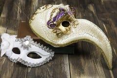 white för fläck för målarfärg för maskering för begrepp för konstbakgrundsblack röd Venetian karnevalmaskeringar på böcker och tr Fotografering för Bildbyråer