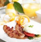 white för frukostäggomelett Arkivbild
