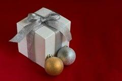 white för gåva för baublesaskjul Royaltyfria Bilder