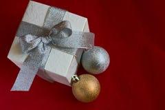white för gåva för baublesaskjul Royaltyfri Fotografi