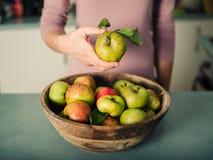 white för hand för äpplebakgrundskvinnlig isolerad holding arkivfoto