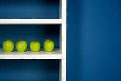 white för insida för äpplebokhyllagreen Royaltyfri Foto