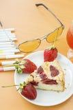 white för jordgubbe för bakgrundscake platta tjänad som Royaltyfria Bilder