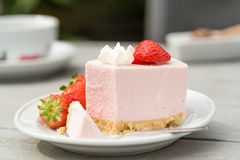white för jordgubbe för bakgrundscake platta tjänad som Fotografering för Bildbyråer