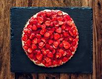 white för jordgubbe för bakgrundscake platta tjänad som Arkivfoto