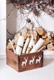 white för juldekorisolering Bunten av vedträ som var klar för spisen, delade i askar Fotografering för Bildbyråer