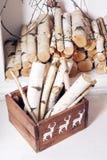 white för juldekorisolering Bunten av vedträ som var klar för spisen, delade i askar Royaltyfri Fotografi