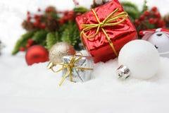 white för julgåvaisolering Arkivfoton
