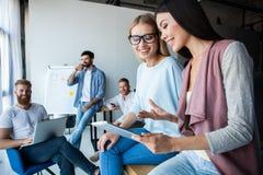 white för kontor för livstid för bild för bakgrund 3d Grupp av ungt affärsfolk som tillsammans arbetar och meddelar i idérikt kon arkivfoton