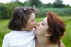 white för moder för bakgrundsdotter lycklig isolerad liten Royaltyfri Fotografi