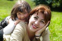 white för moder för bakgrundsdotter lycklig isolerad liten Arkivbild