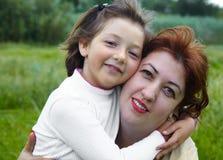 white för moder för bakgrundsdotter lycklig isolerad liten Royaltyfria Foton