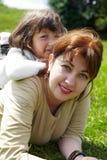white för moder för bakgrundsdotter lycklig isolerad liten Fotografering för Bildbyråer