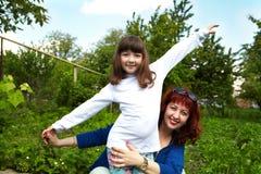 white för moder för bakgrundsdotter lycklig isolerad liten Arkivfoton