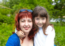 white för moder för bakgrundsdotter lycklig isolerad liten Royaltyfri Foto