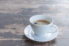 white för morgon för kappa för flicka för dressing för kaffekopp Arkivbild