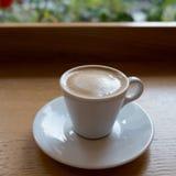 white för morgon för kappa för flicka för dressing för kaffekopp Royaltyfri Foto