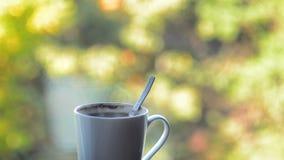 white för morgon för kappa för flicka för dressing för kaffekopp lager videofilmer
