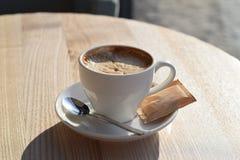 white för morgon för kappa för flicka för dressing för kaffekopp Royaltyfria Foton