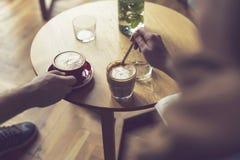 white för morgon för kappa för flicka för dressing för kaffekopp Arkivfoton