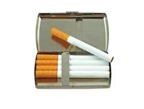 white för objekt för bakgrundsfall cigarett isolerad Arkivbild