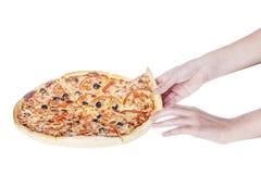 white för pizza för bakgrundshandholding bild isolerad Royaltyfria Bilder