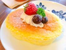 white för platta för driftstopp för efterrätt för cakeostCherry läcker Royaltyfri Foto