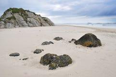 white för rock s för strandireland nordlig portrush royaltyfria bilder