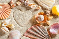 white för semester för sommar för form för sand för strandhjärtatryck royaltyfria bilder