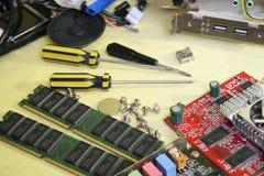 white för skruvmejsel för reparation för adapterdatordiagram isolerad Arkivbild