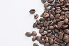 white för studio för bakgrundsbönor kaffe isolerad skjuten royaltyfri bild