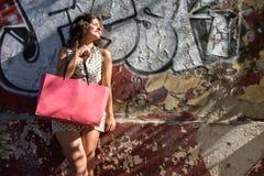 white för studio för bakgrundsflicka shopping skjuten Arkivbilder
