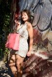 white för studio för bakgrundsflicka shopping skjuten Royaltyfria Bilder
