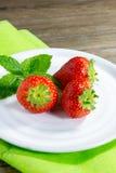white för studio för jordgubbar för dof-platta grund skjuten Fotografering för Bildbyråer