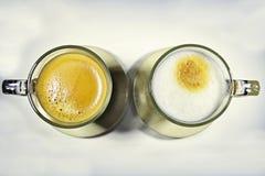white för svart kaffe Arkivfoton