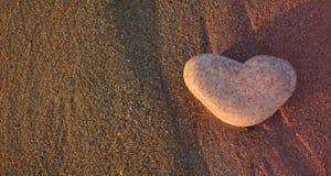 white för symbol för bakgrundsförälskelsered rose Hjärta av stenen på Pebblet Beach för illustrationvalentin för bakgrund härlig  Fotografering för Bildbyråer