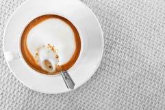 white för tabell för kaffekopp Arkivfoton