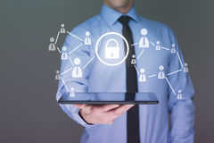 white för tablet för bakgrundsaffärsmanholding med pekskärmmanöverenheten och cybersäkerhetsbegrepp Fotografering för Bildbyråer