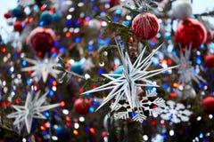 white för tree för prydnadar för jul för bakgrundsboll ljus fotografering för bildbyråer
