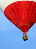 white för varm red för luftballong stigande Arkivbild