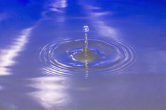 white för vatten för illustration för bakgrundsdroppe fallande Arkivbilder