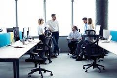 white f?r kontor f?r livstid f?r bild f?r bakgrund 3d Grupp av ungt aff?rsfolk som tillsammans arbetar och meddelar i id?rikt kon royaltyfri bild