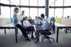 white f?r kontor f?r livstid f?r bild f?r bakgrund 3d Grupp av ungt aff?rsfolk som tillsammans arbetar och meddelar i id?rikt kon arkivfoto