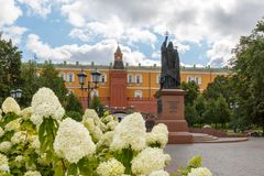 White flowers growing in the Alexander Garden and Monument to Patriarch Hermogen royalty free stock images